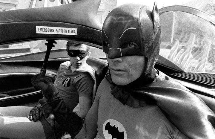 fotos-de-adam-west-y-burt-ward-en-el-set-de-batman-the-movie11
